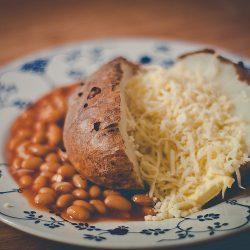 Bakad potatis med ost och bönor